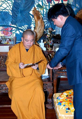 少林寺方丈释永信接受了汉王科技赠送的汉王电纸书