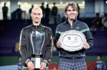 """""""俄罗斯劳模""""达维登科昨天直落两盘战胜此前夺冠呼声甚高的赛会头号种子纳达尔,在首度举办的ATP1000上海大师赛上傲然折桂。本报记者 郭亚佳 摄"""