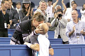 昨天,在2009上海ATP1000大师赛决赛中,达维登科以2比0战胜纳达尔,获得冠军。图为达维登科(下)赛后亲吻妻子庆祝胜利。 新华社发