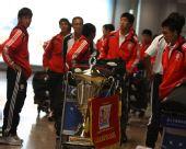 图文:[邀请赛]国青夺冠回国 队员与奖杯一起