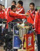 图文:[邀请赛]国青夺冠回国 队员侃侃而谈