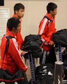 图文:[邀请赛]国青夺冠回国 队员推着行李