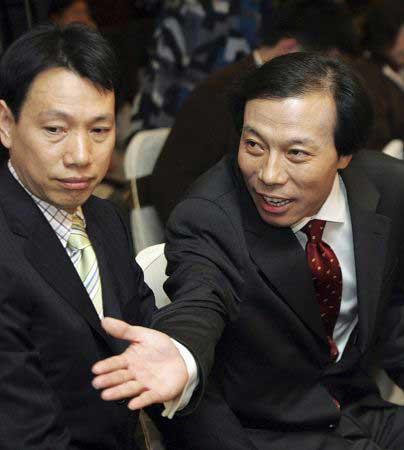 """陈发树(左)从实业家转型投资家和慈善家,背后的推手是""""打工皇帝""""唐骏。"""