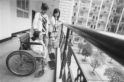 """""""玻璃女孩""""坐在轮椅上"""