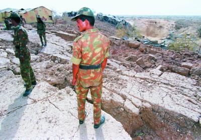 1998年5月,印度在博克兰地区进行了地下核试,其中包括原子弹和氢弹的试爆。图为印士兵在试验场附近