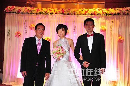 图文:张怡宁婚礼新照曝光 蔡振华面带笑容