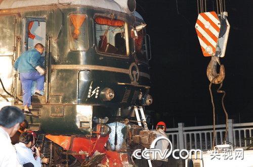 工程人员调来两辆大型吊车,把机车吊回到铁轨上。(徐彦/CFP)