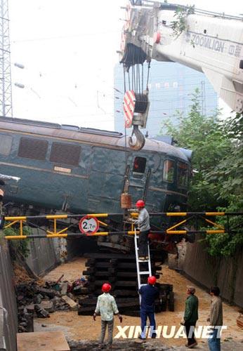 10月19日,救援人员在浙江绍兴发生的火车出轨事故现场进行救援。