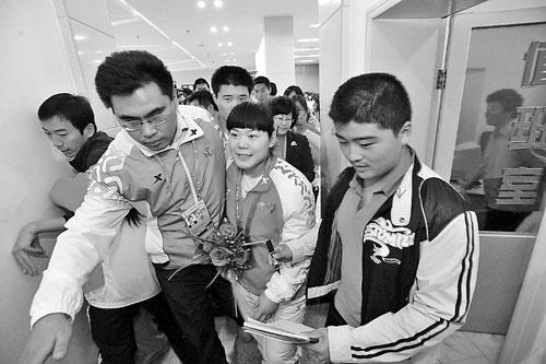 刘春红成为众人追逐的焦点。(记者 王鸿光 邱志强 摄)