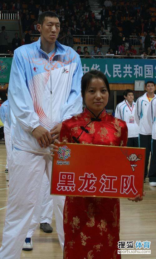 图文:全运会男篮揭幕仪式  黑龙江队