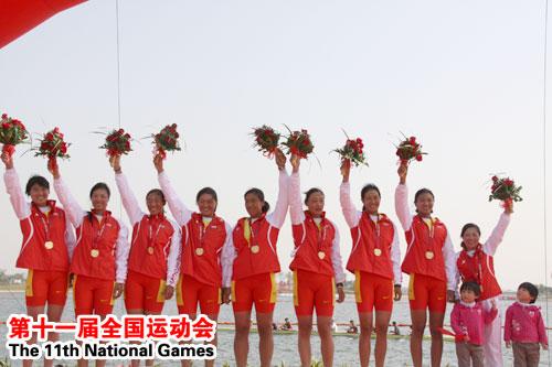 女子2000米人单桨有舵手比赛中,山东队获得金牌,上海队和辽宁队分获银、铜牌。图为山东队队员在领奖台上。记者 陈宏发 摄
