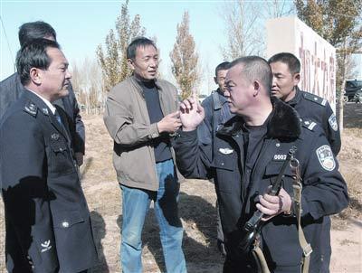 击毙高博的民警王苏荣(持枪者)。
