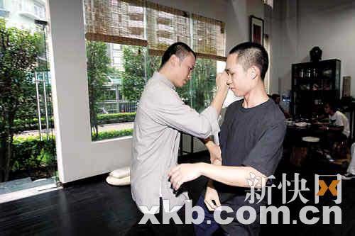 廖师傅(左)在切磋中教学员武艺。