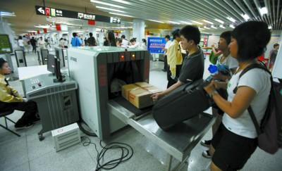 工作人员正在对乘客的行李进行安全检查