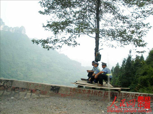 交警容易吗:百米高悬崖木板搭建交警执勤台(图)