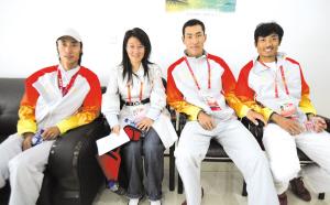 本报记者(左二)与冠军队员合影。