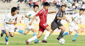 10月20日,浙江队球员赵宇豪(中)在比赛中带球突破。当日,在第11届全国运动会足球男子16岁以下组第三轮比赛中,浙江队迎战上海队。新华社发