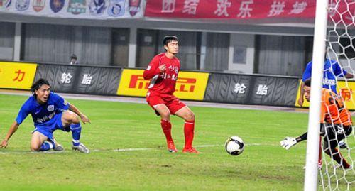 图文:[中超补赛]长沙2-1重庆 余勇�赐�球兴叹