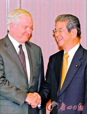 20日,盖茨(左)与日本外务大臣冈田克也会晤。