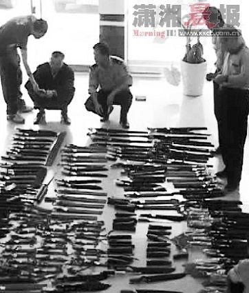 10月19日,郴州民警在枪贩子家中、杂房内搜出大批刀枪和子弹,简直如同一个军火库。 视频截图