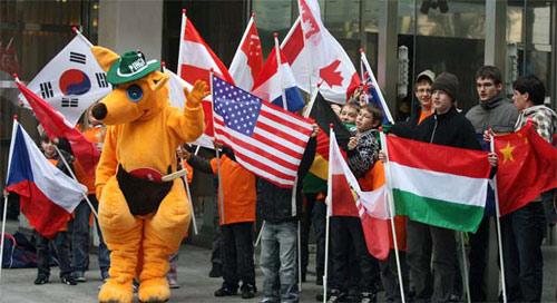 图文:乒球团体世界杯举办地 小朋友前来助阵