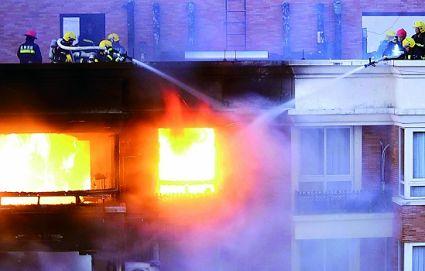 消防人员正在抢救