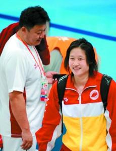 刘子歌微笑着走过教练金炜身边