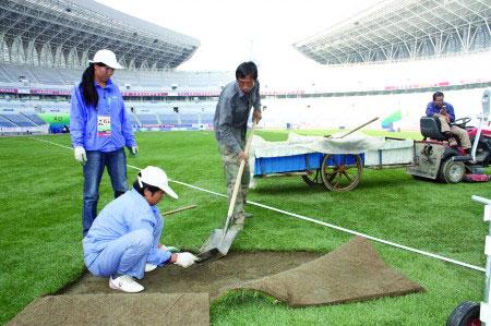 没有比赛的时候,工作人员对草皮进行维护。 杨珂 摄
