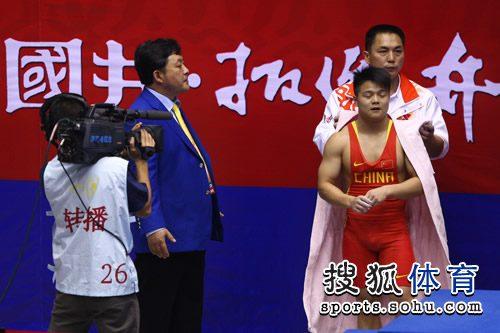 图文:男子举重56KG级龙清泉夺冠 准备上场