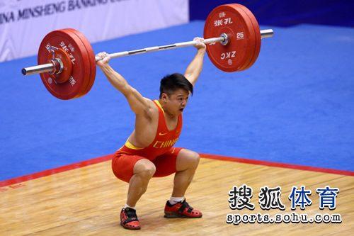 图文:男子举重56KG级龙清泉夺冠 大吼一声