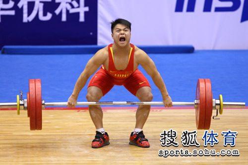 图文:男子举重56KG级龙清泉夺冠 霸气十足
