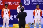图文:男子举重56KG级龙清泉夺冠 领受金牌