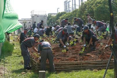 横滨橡胶杭州工厂员工、当地居民、志愿者在播种树苗