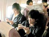图文:[中超]长春乘机南下 王栋杜震宇玩PSP