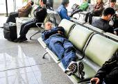 图文:[中超]长春乘机南下 舒波躺在长椅上小憩