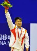 图文:男子56公斤级颁奖 龙清泉在颁奖仪式上