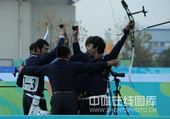 男子反曲弓团体内蒙古夺冠 队员举枪庆祝