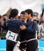 图文:内蒙古队获男团反曲弓冠军 互相拥抱