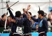 图文:内蒙古队获男团反曲弓冠军 夺冠瞬间