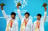 图文:内蒙古队获男团反曲弓冠军 高举鲜花庆祝