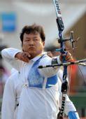 图文:新疆获男团反曲弓亚军 薛海峰在比赛中