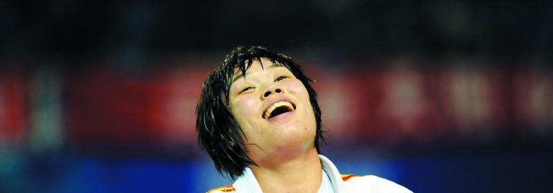 图:刘霞在庆祝胜利。(新华社发