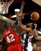 图文:[NBA季前赛]76人负篮网 布兰德封盖