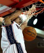 图文:[NBA季前赛]76人负篮网 康特尼-李灌篮