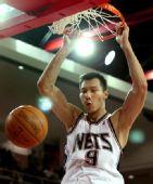 图文:[NBA季前赛]76人负篮网 易建联暴扣