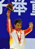 图文:举重男子69公斤级 廖辉在颁奖仪式上