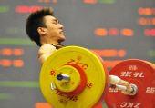 图文:举重男子69公斤级 廖辉拼足了劲