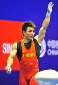 图文:举重男子69公斤级 廖辉在向观众致意