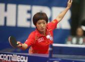 图文:世界杯女团1/4决赛 刘诗雯上前迎球