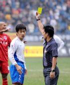 图文:[中超]重庆1-1上海 出示黄牌